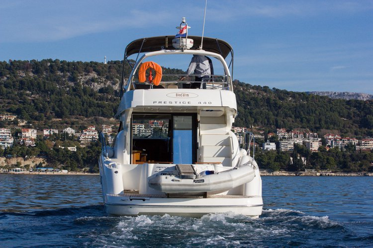 This 43.0' Jeanneau cand take up to 6 passengers around Split region