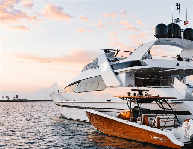 Discover Paradise Island surroundings on this S Norship boat