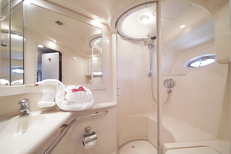 Discover Miami Beach surroundings on this Sundancer 550 SeaRay boat
