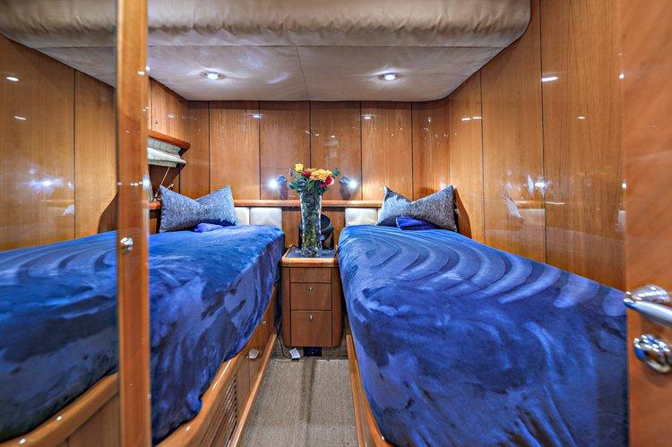 Discover Newport Beach surroundings on this Manhattan Sunseeker boat