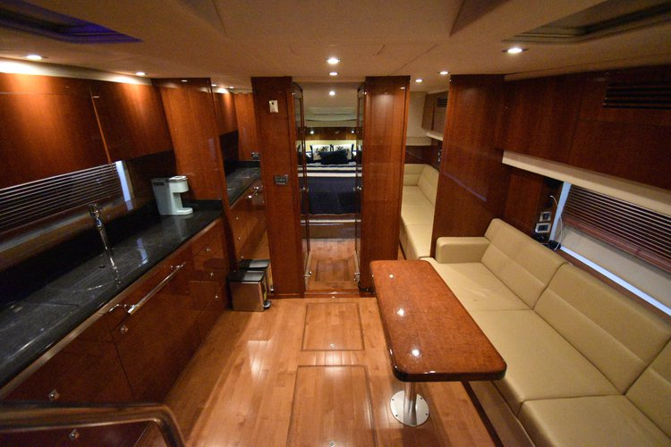 Discover Fort Lauderdale surroundings on this 47 sundancer sea ray boat