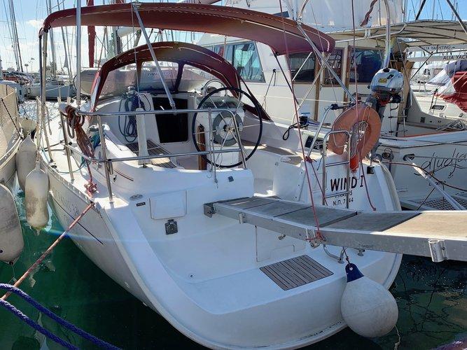 Jump aboard this beautiful Bénéteau Oceanis Clipper 331