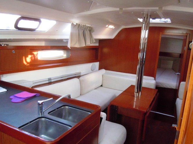 Discover Cyclades surroundings on this Oceanis 34 Bénéteau boat