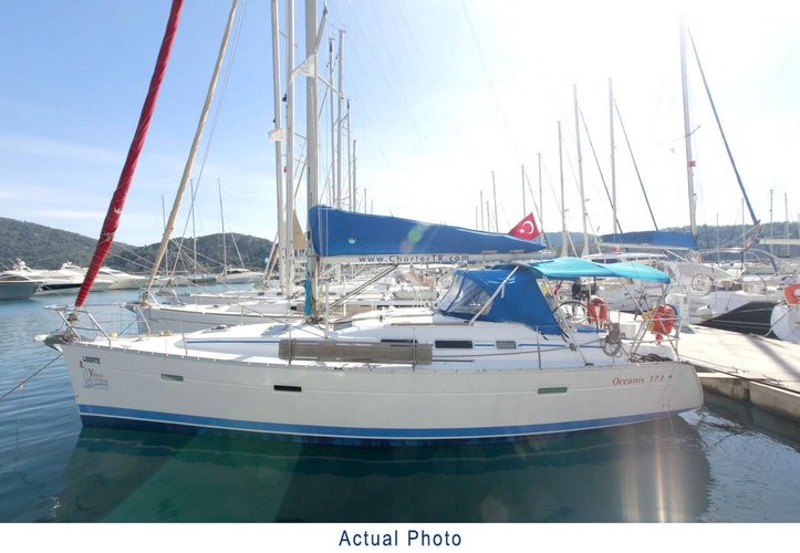 This 36.0' Bénéteau cand take up to 8 passengers around Aegean