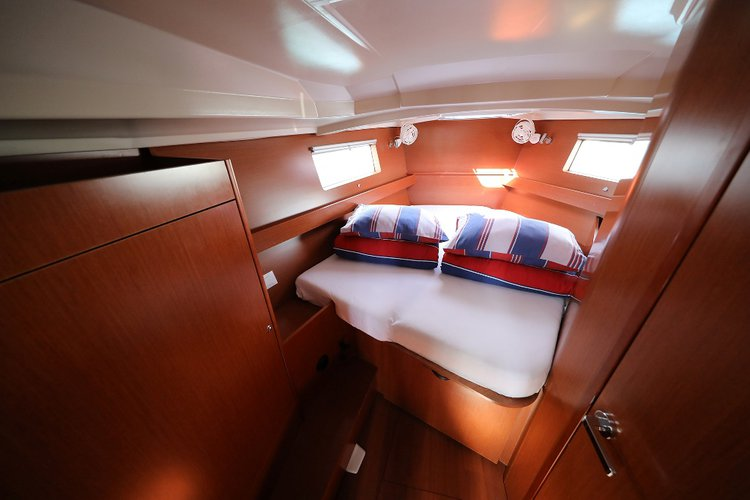 This 40.0' Bénéteau cand take up to 8 passengers around Split region