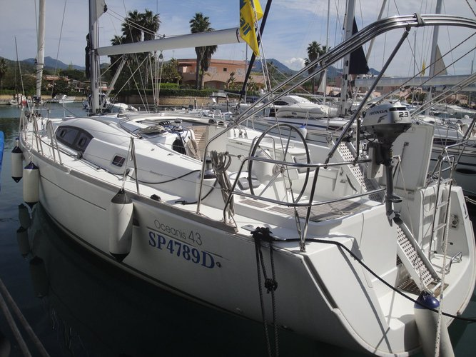 Jump aboard this beautiful Bénéteau Oceanis 43