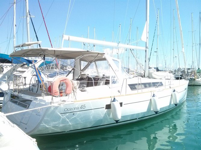This 45.0' Bénéteau cand take up to 8 passengers around Ionian Islands