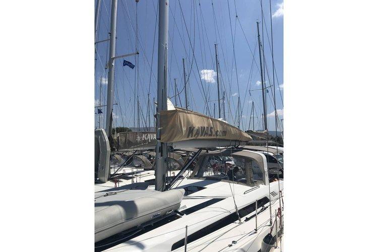 This 52.0' Bénéteau cand take up to 10 passengers around Saronic Gulf