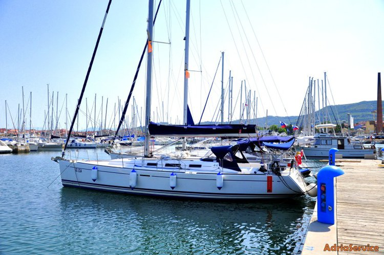 This 44.0' Dufour Yachts cand take up to 10 passengers around Primorska