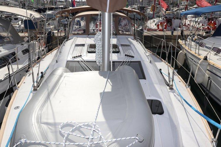 This 39.0' Elan Marine cand take up to 8 passengers around Zadar region