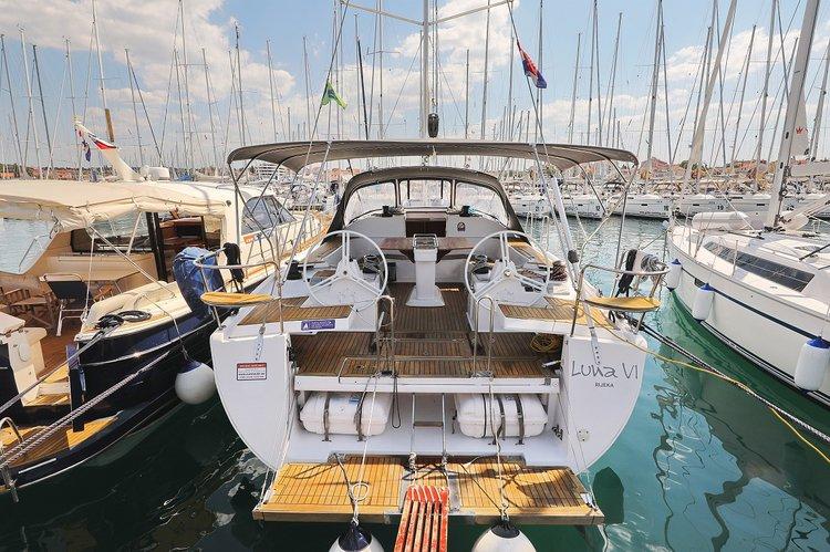 This 48.0' Elan Marine cand take up to 12 passengers around Zadar region
