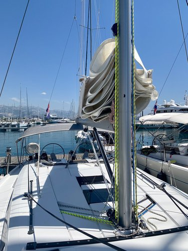This 44.0' Hanse Yachts cand take up to 10 passengers around Split region