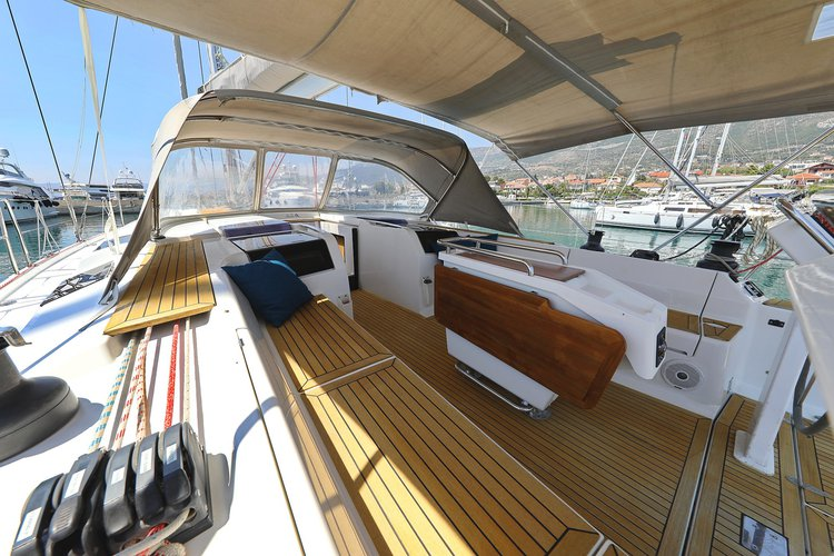 Up to 9 persons can enjoy a ride on this Hanse Yachts boat