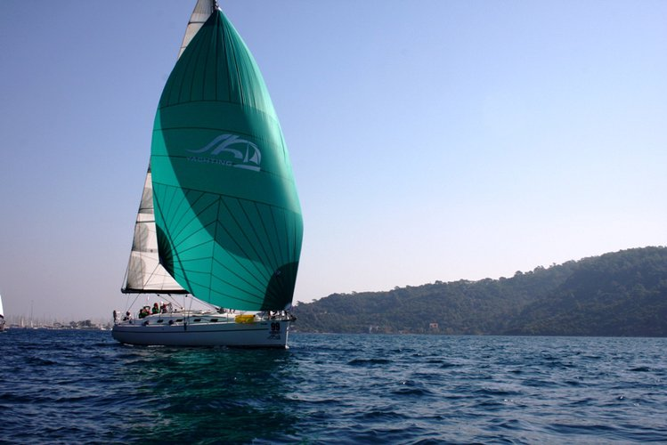 This 42.0' Harmony Yachts cand take up to 8 passengers around Aegean