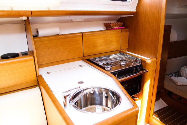 Up to 6 persons can enjoy a ride on this Jeanneau boat