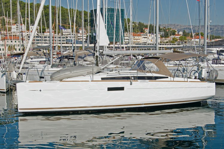 Beautiful Jeanneau Sun Odyssey 349 ideal for sailing and fun in the sun!