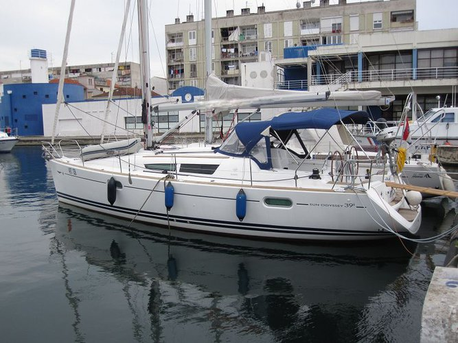 This 38.0' Jeanneau cand take up to 8 passengers around Zadar region
