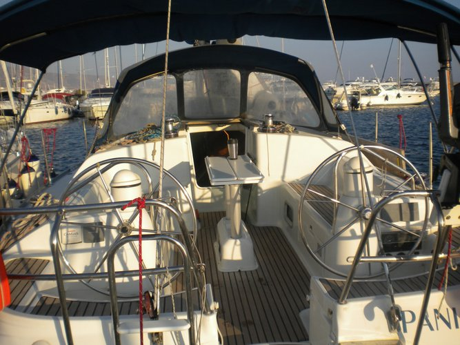 This 40.0' Jeanneau cand take up to 8 passengers around Cyclades