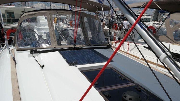 This 41.0' Jeanneau cand take up to 8 passengers around Saronic Gulf