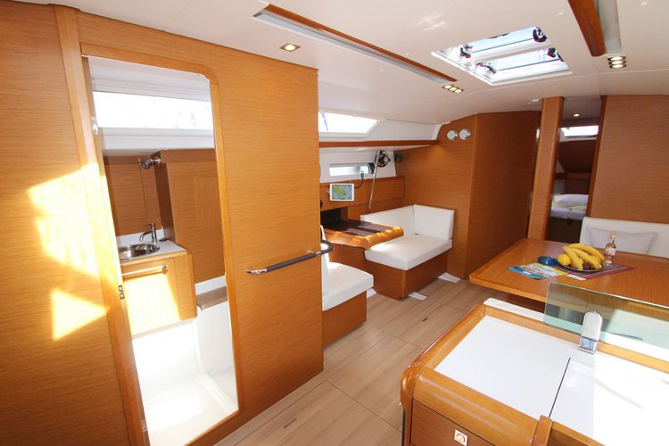 Discover Cyclades surroundings on this Sun Odyssey 449 Jeanneau boat