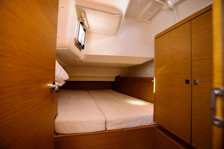 This 43.0' Jeanneau cand take up to 10 passengers around Saronic Gulf