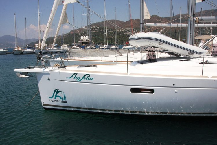 This 47.0' Jeanneau cand take up to 10 passengers around Aegean