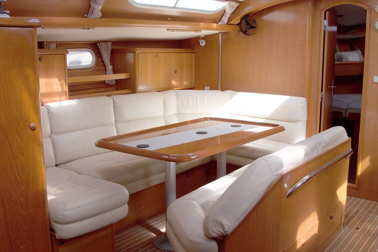 Up to 9 persons can enjoy a ride on this Jeanneau boat