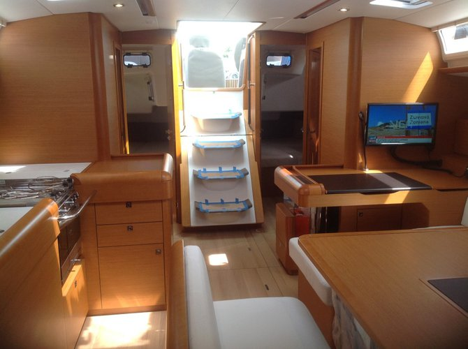 This 51.0' Jeanneau cand take up to 8 passengers around Cyclades