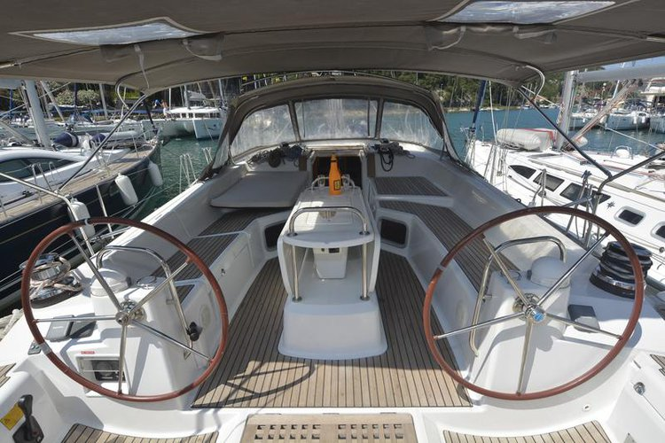 This 52.0' Jeanneau cand take up to 11 passengers around Dubrovnik region