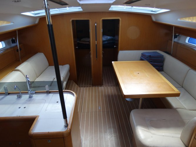 This 52.0' Jeanneau cand take up to 10 passengers around Saronic Gulf