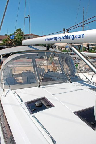 This 53.0' Jeanneau cand take up to 10 passengers around Cyclades