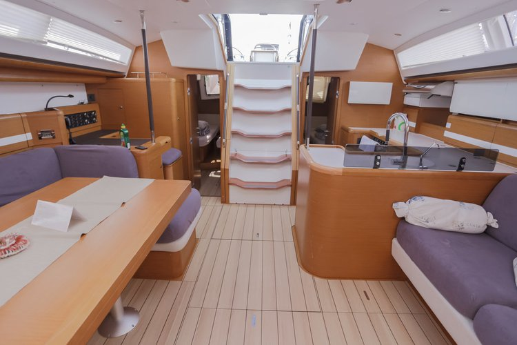 This 58.0' Jeanneau cand take up to 10 passengers around Split region