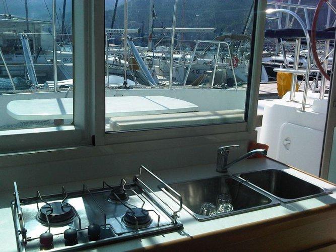 Discover Campania surroundings on this Lagoon 380 Lagoon-Bénéteau boat