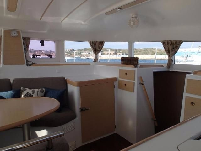 Discover Cyclades surroundings on this Lagoon 380 S2 Lagoon-Bénéteau boat