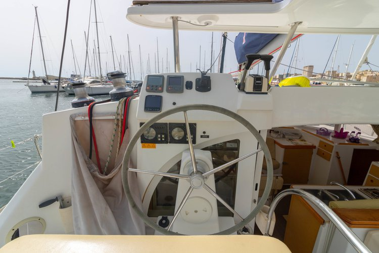 This 37.0' Lagoon-Bénéteau cand take up to 10 passengers around Sicily
