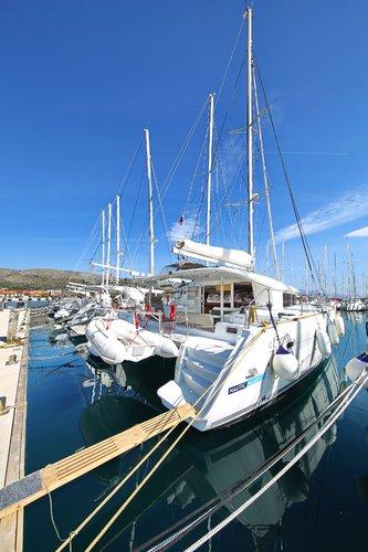 This 39.0' Lagoon-Bénéteau cand take up to 10 passengers around Split region
