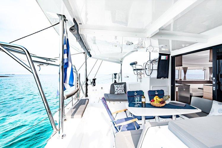 This 41.0' Lagoon-Bénéteau cand take up to 10 passengers around Saronic Gulf