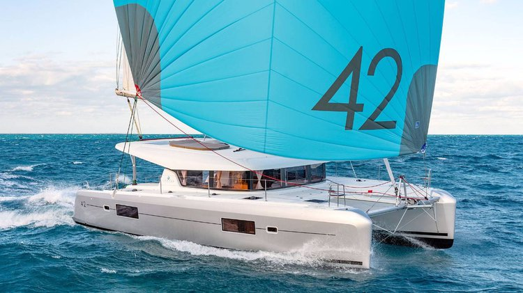 Jump aboard this beautiful Lagoon-Bénéteau Lagoon 42