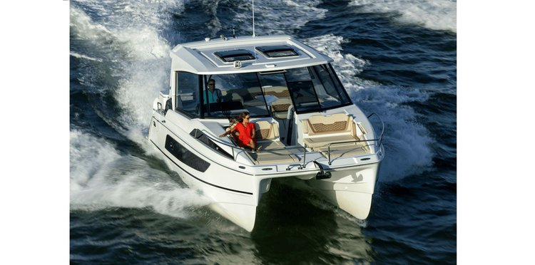 Discover Sag Harbor surroundings on this 36 AQUILA boat