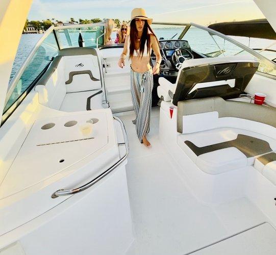 This 29.0' Monterey cand take up to 8 passengers around Miami Beach
