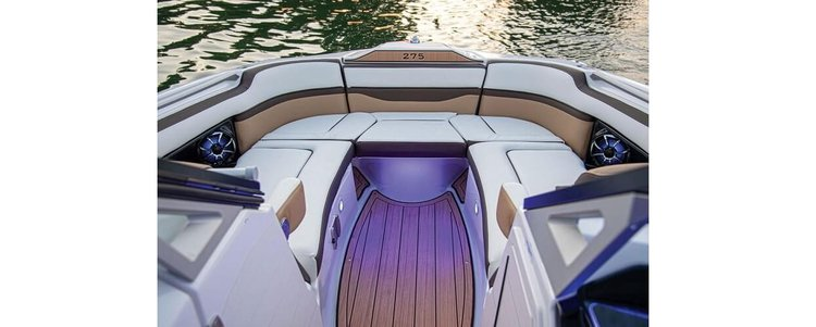 Discover Sag Harbor surroundings on this 27 YAMAHA boat