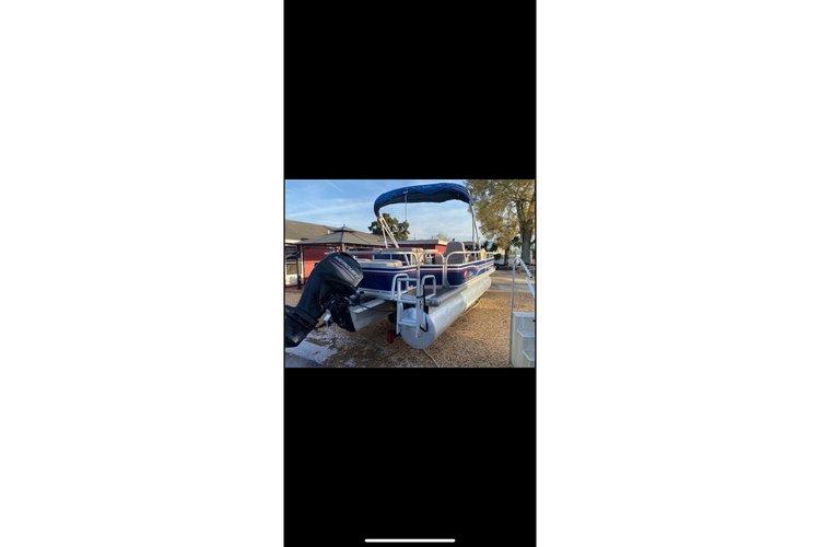 Pontoon boat for rent in St. Petersburg