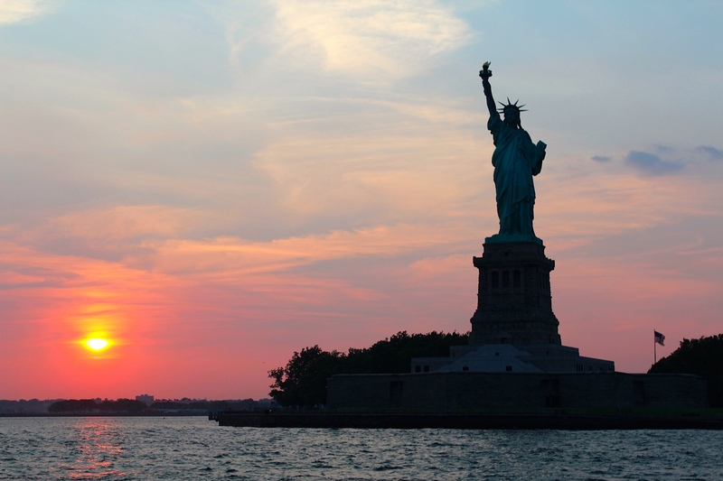 Manhattan-dinner-cruise-sailing-nyc